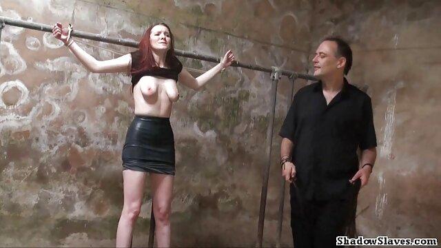 فتاة ترتدي ملابس داخلية افلام سكس اباحية اجنبية حمراء يجلس على وجه الرجل